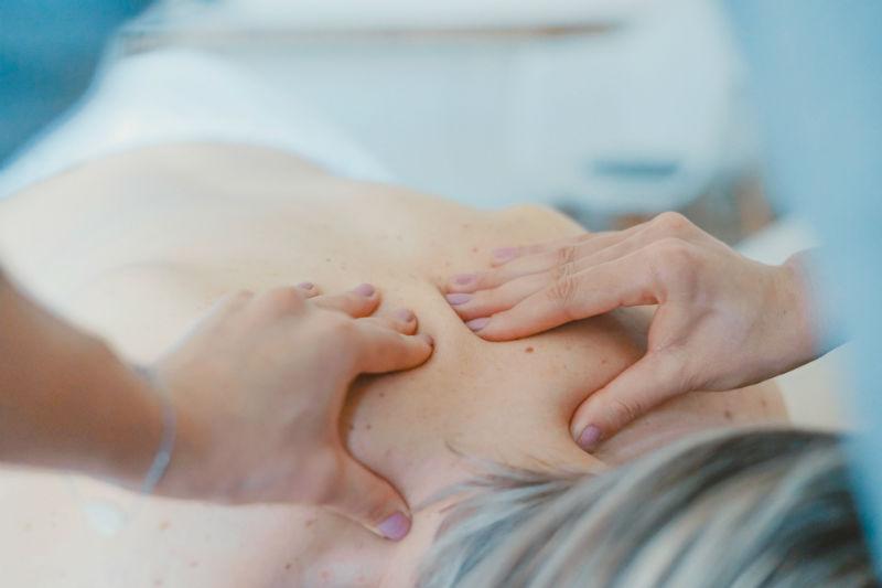 Une femme se fait masser dans un institut de beauté