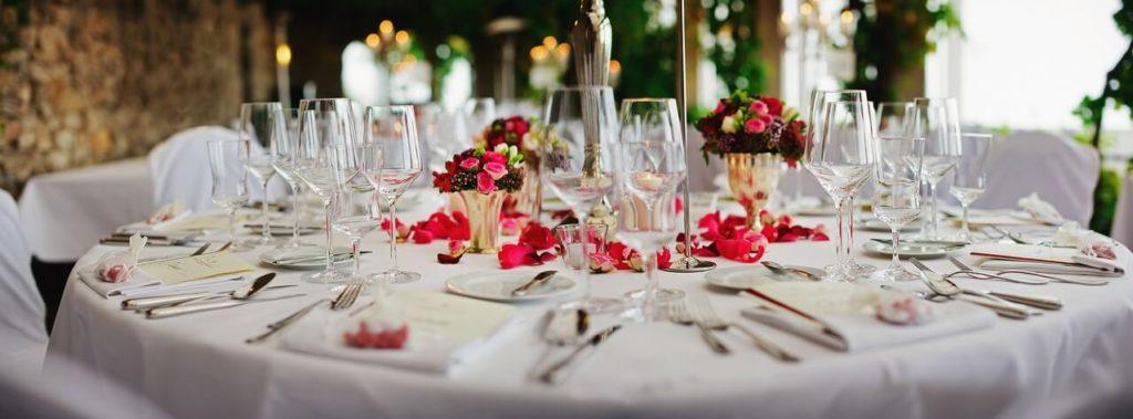 Une table de mariage dressée et décorée